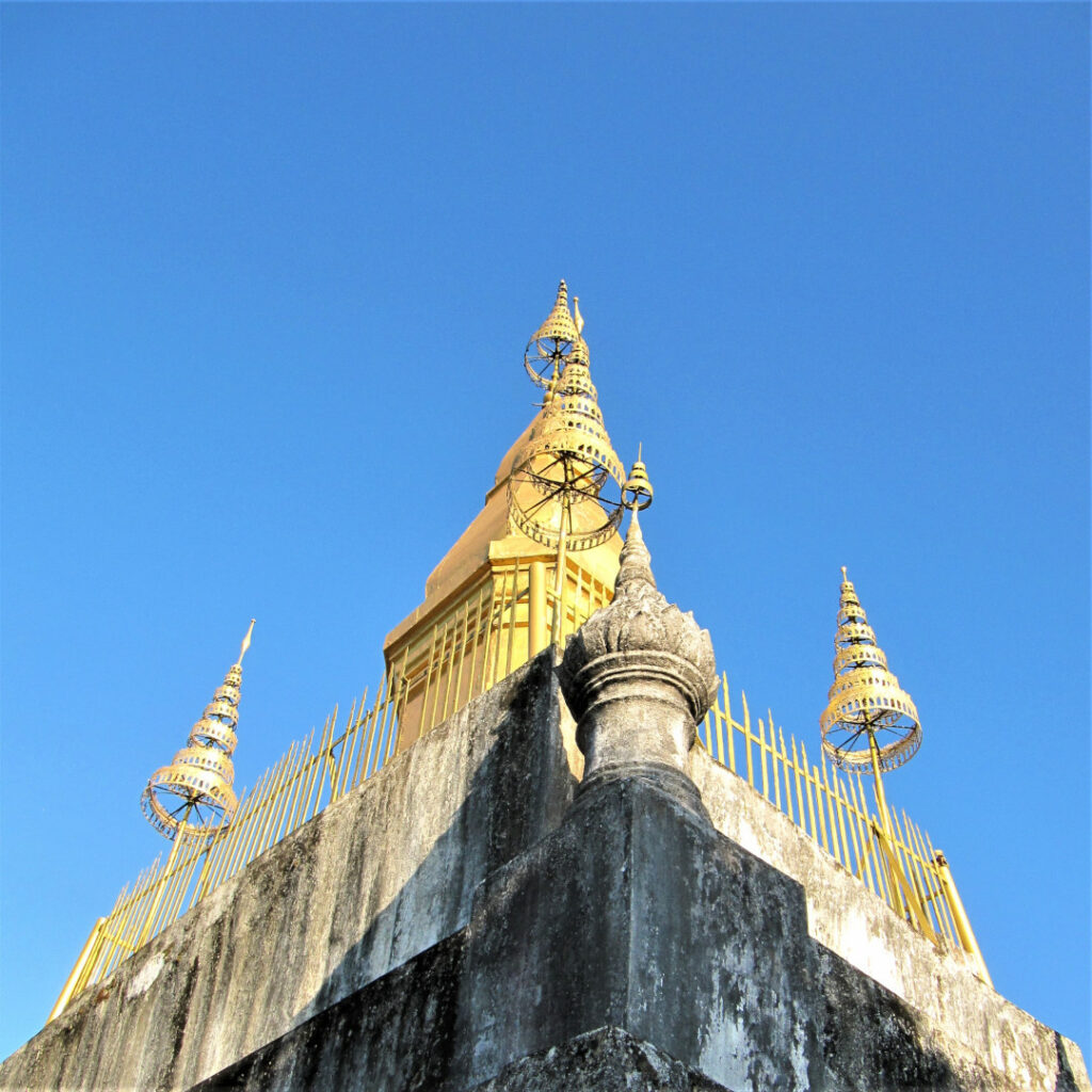 Wat Chom Si with a clear blue sky as background