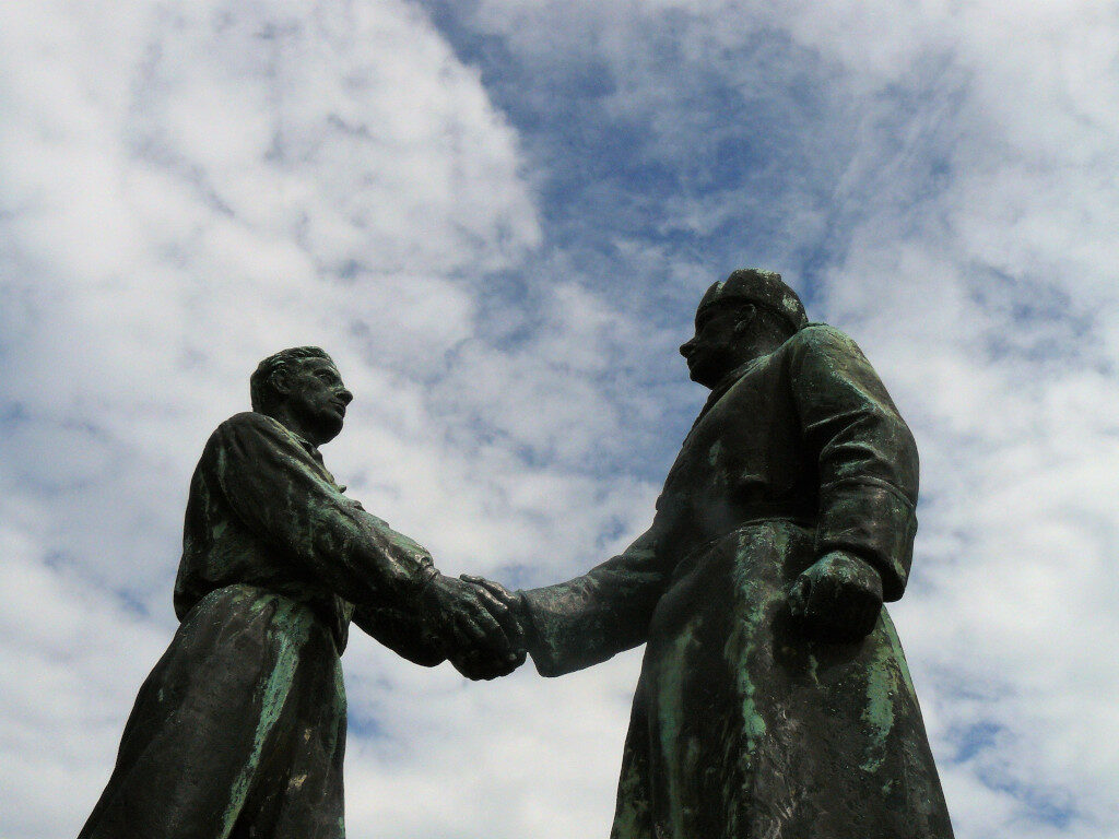 Statue of a Russian and Hungarian comrades shaking hands