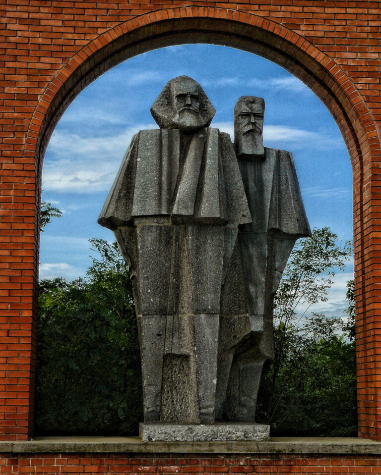 Statue of Marx and Engels at Memento Park